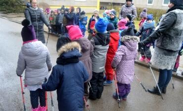 Darželinukai mokėsi vaikščioti su šiaurietiškomis lazdomis